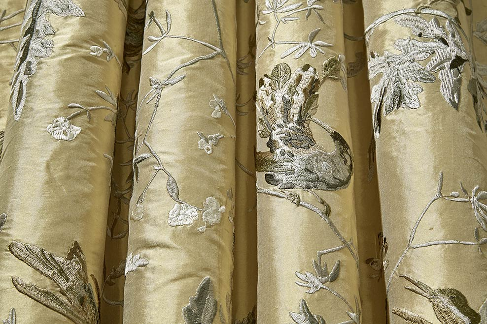 Tissu Hummingbirds soie Cole and Son - The Contemporary Fabrics - En vente chez Au fil des Couleurs
