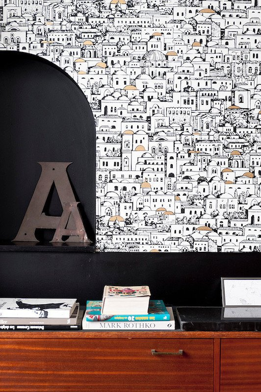Le papier peint Mediterranea de la collection Fornasetti de Cole and Son dans un salon - Photo de Home Adore - Chantier réalisé par l'agence bordelaise Fusion D