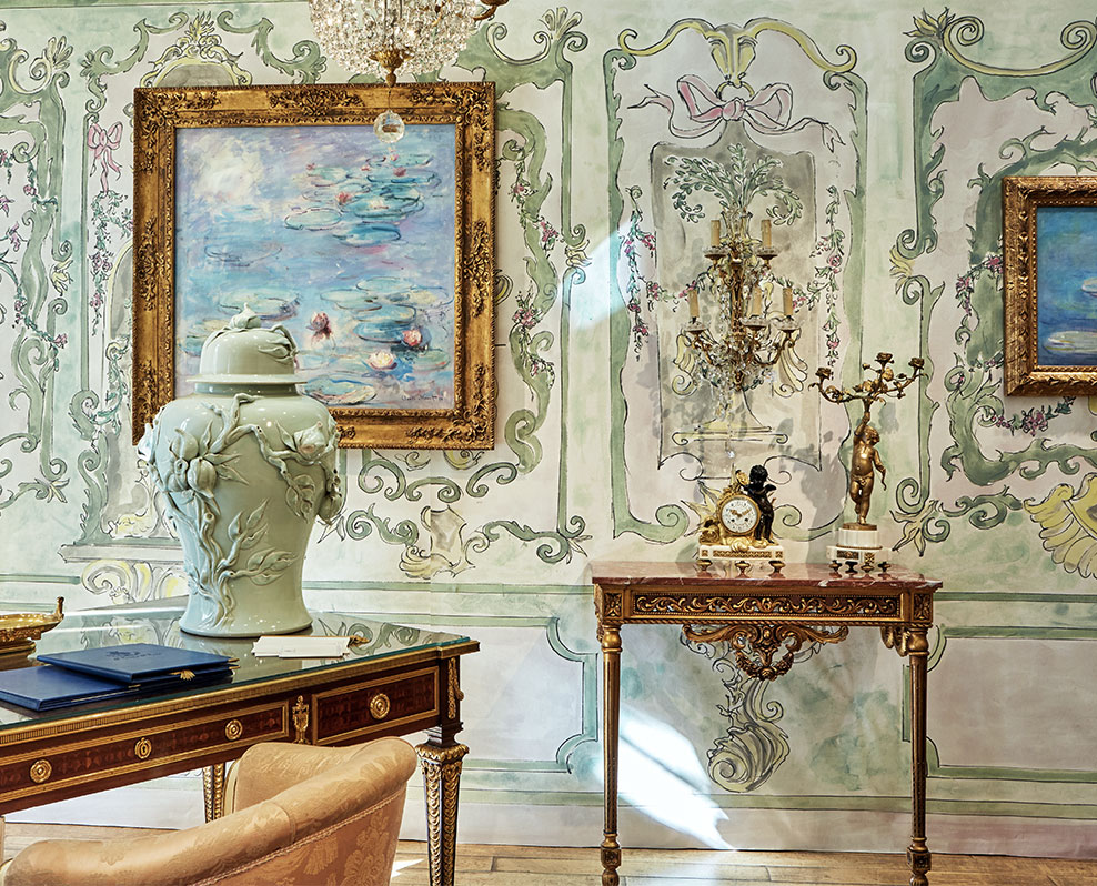 "Le papier peint imitation boiseries Suite Ducale - Collection Palace de Vincent Darré x Au fil des Couleurs - Exposition Artcurial ""Il était une fois le Ritz Paris"" d'avril 2018 © Au fil des Couleurs / Claude Weber"